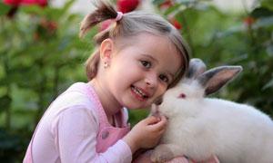 与兔子亲密接触的女孩摄影高清图片
