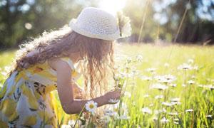俯身闻花香的女孩人物摄影高清图片