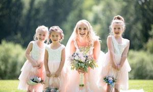 金发新娘与三个小花童摄影高清图片