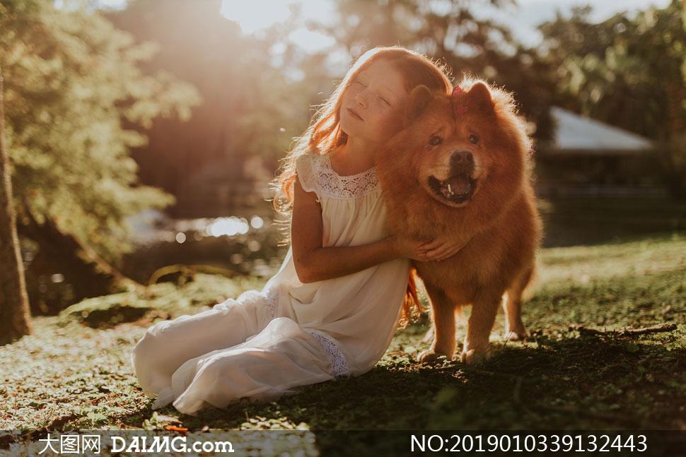 抱着狗狗的小女孩人物摄影高清图片