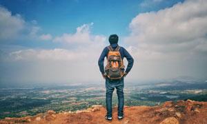 站在山顶看风景的人物摄影高清图片