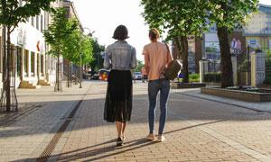 在街上閑逛的美女人物攝影高清圖片