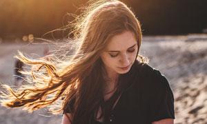 風吹著頭發的美女人物攝影高清圖片