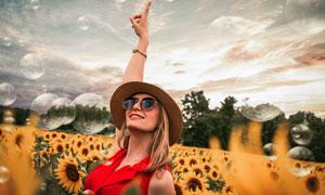 手指向天空的墨鏡美女攝影高清圖片