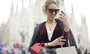 拿手机自拍的购物美女摄影高清图片