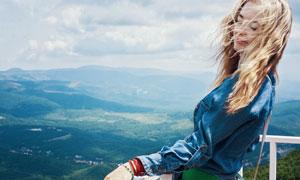 在山頂上護欄旁的長發美女高清圖片