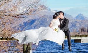 坐在木桥上的新娘新郎摄影高清图片