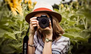拿起照相機拍照的美女攝影高清圖片