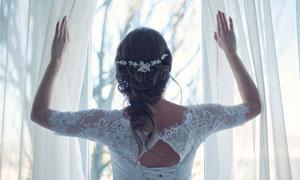 双手开窗帘的新娘人物摄影 澳门线上必赢赌场