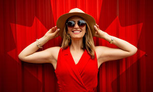 紅色背景前的開心美女攝影高清圖片