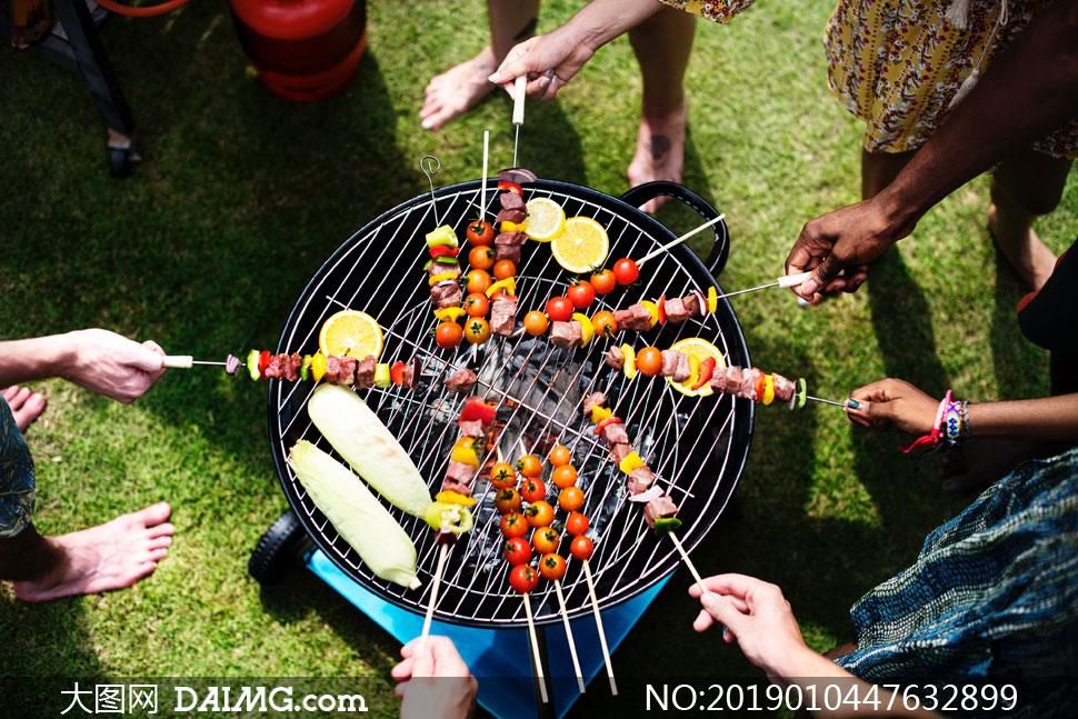 在烧烤炉上的各种食材摄影高清图片
