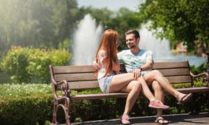 公園長椅上的情侶男女攝影高清圖片