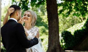黑西装新郎与白婚纱的新娘高清图片