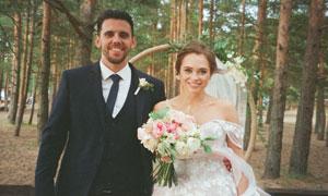 树林中拍婚纱照的情侣摄影高清图片