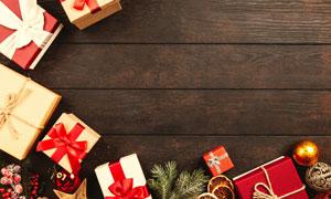 木板上的礼物盒等特写摄影高清图片