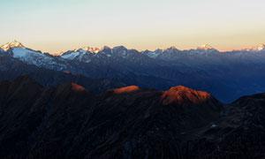 夕阳余晖下的连绵群山摄影高清图片