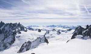 远近高低各不同的雪中山峰高清图片