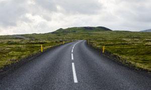 通往山上的柏油路风光摄影高清图片