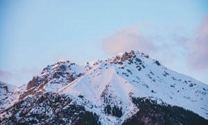 蓝天与冰雪之下的大山摄影高清图片