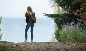 在海岸邊的雙肩包美女攝影高清圖片