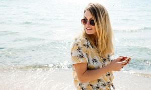 在海邊的長發美女人物攝影高清圖片