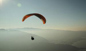 高空之中的滑翔伞运动人物高清图片