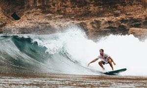 在纵情冲浪的男子人物摄影高清图片