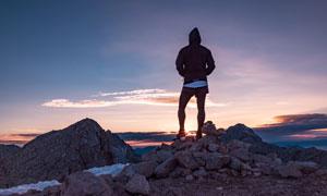 卫衣男人物与黄昏风光摄影高清图片