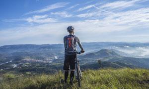 在看远处风景的骑行者摄影高清图片