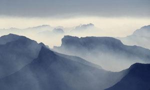 缭绕雾气中的崇山峻岭摄影高清图片