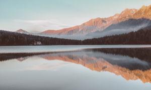 树林大山与风平浪静的湖水高清图片