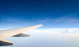 高空中的飞机机翼特写摄影高清图片
