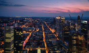 天边霞光与城市建筑物夜景高清图片