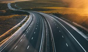 双向六车道的公路风光摄影高清图片
