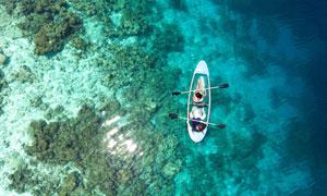划船人物与清澈的海水摄影高清图片