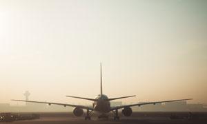 薄雾天气机场上的飞机摄影高清图片
