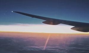 天空上的飞机机翼逆光摄影高清图片