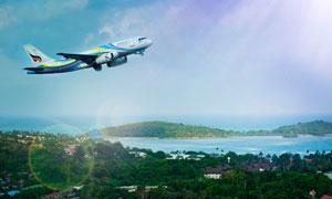 蓝天山水与起飞姿势的飞机高清图片