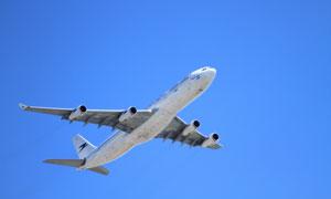 翱翔蔚蓝天空中的飞机摄影高清图片