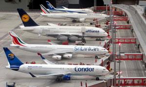 在机场准备就绪的飞机摄影高清图片