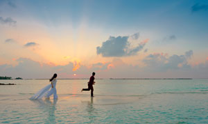 在沙滩之上奔跑的情侣摄影高清图片
