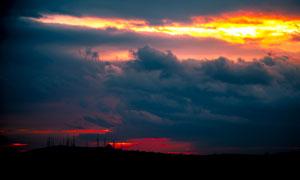 黄昏天边翻腾着的乌云摄影高清图片