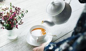鲜花与在倒茶水的场景摄影高清图片