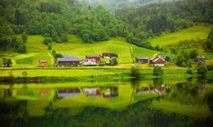 湖边小屋与茂密的树林摄影高清图片