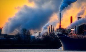 轮船与正冒着烟的烟囱摄影高清图片