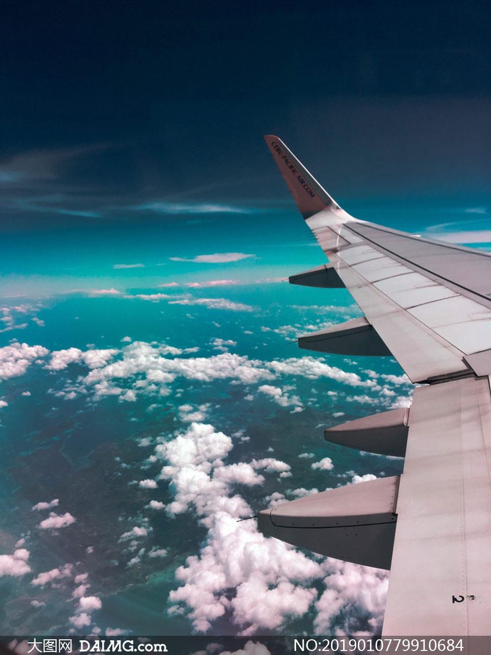 飞在云端上的飞机机翼摄影高清图片