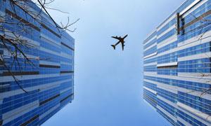 飞机与蓝色幕墙的建筑摄影高清图片