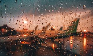下雨天气在窗外的飞机摄影高清图片