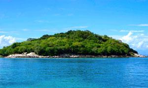 海面上的一座孤岛风景摄影高清图片