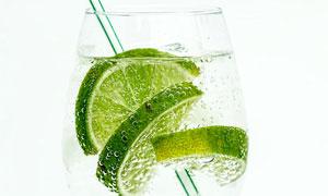 一杯冒泡的柠檬水特写摄影高清图片
